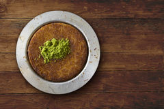 Sobremesa turca tradicional de Kunefeh na opinião de tampo da mesa Fotografia de Stock Royalty Free