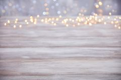 Sobremesa vacía con el fondo de las luces de la Navidad de la falta de definición Foto de archivo libre de regalías