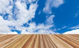 Sobremesa vacía del tablero de madera de la perspectiva sobre el cielo azul hermoso Fotografía de archivo libre de regalías