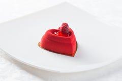 Sobremesa vermelha com framboesa imagens de stock
