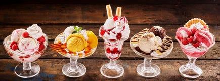 Sobremesas coloridas do parfait do gelado do fruto fresco Foto de Stock Royalty Free