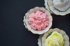 Sobremesas cremosas coloridas no kremanki imagens de stock