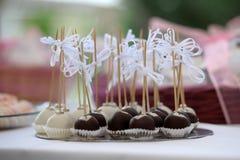 Sobremesas diminutas do casamento enchidas com as trufas Imagem de Stock