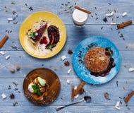 Sobremesas do restaurante Panquecas, gelado, opinião superior do bolo de queijo na madeira Imagens de Stock