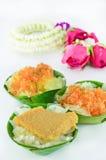 Sobremesas doces do estilo tailandês com a festão tailandesa isolada Imagens de Stock Royalty Free