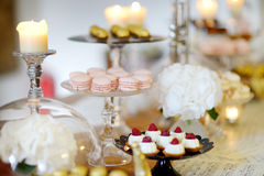 Sobremesas, doces e tabela bonitos dos doces Imagens de Stock Royalty Free