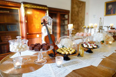 Sobremesas, doces e tabela bonitos dos doces Imagens de Stock