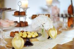 Sobremesas, doces e tabela bonitos dos doces Fotografia de Stock Royalty Free