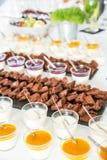 Sobremesas doces na tabela de bufete no evento incorporado imagens de stock