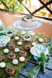Sobremesas e doces dos bolos de casamento na barra de chocolate Foto de Stock Royalty Free