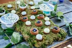 Sobremesas e doces dos bolos de casamento na barra de chocolate Imagens de Stock