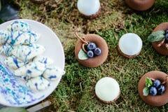 Sobremesas e doces dos bolos de casamento na barra de chocolate Imagem de Stock