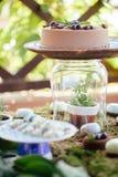 Sobremesas e doces dos bolos de casamento na barra de chocolate Fotos de Stock Royalty Free