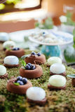 Sobremesas e doces dos bolos de casamento na barra de chocolate Fotos de Stock
