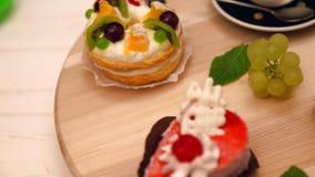 Sobremesas gourmet sortidos em uma exposição de giro filme