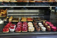 Sobremesas na janela da padaria Imagens de Stock Royalty Free