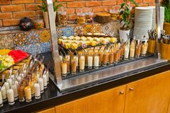 Sobremesas na tabela no restaurante fotografia de stock