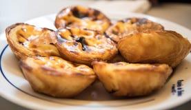 Sobremesas portuguesas da pastelaria em uma placa imagens de stock