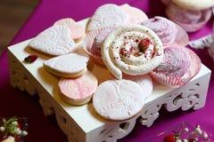 Sobremesas saborosos na bandeja branca Imagem de Stock Royalty Free