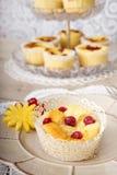 Sobremesas sortidos e frutos Fotografia de Stock Royalty Free
