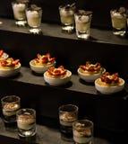 Sobremesas sortidos em uma tabela de bufete Fotografia de Stock