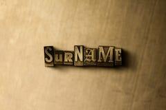 SOBRENOME - close-up vintage sujo da palavra typeset no contexto do metal Imagens de Stock Royalty Free