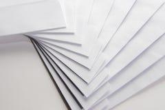 Sobres blancos en blanco Foto de archivo