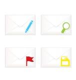 Sobres cerrados blancos con el sistema del icono de la marca de la bandera Foto de archivo libre de regalías
