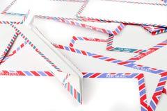 Sobres del correo aéreo con el plano de papel Fotografía de archivo libre de regalías