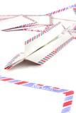 Sobres del correo aéreo con el plano de papel Imágenes de archivo libres de regalías