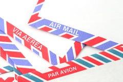 Sobres del correo aéreo en diversos lenguajes Fotos de archivo libres de regalías
