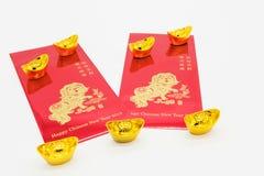 sobres del dinero con muchas monedas de los lingotes del oro Imágenes de archivo libres de regalías