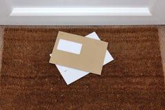 Sobres en el doormat Imagen de archivo libre de regalías