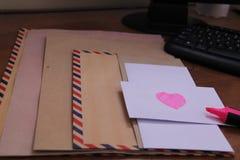 Sobres en la tabla, versión 3 fotos de archivo libres de regalías