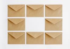 Sobres postales de Kraft en un fondo blanco imágenes de archivo libres de regalías