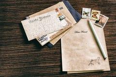 Sobres, sellos, lápiz y papel Fotos de archivo