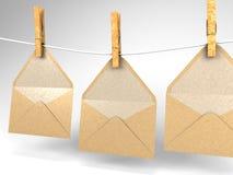 Sobres y clothespins Imágenes de archivo libres de regalías