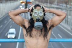 Sobrevivente em um mundo poluído extremo foto de stock royalty free