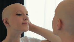 Sobrevivente feliz da mulher do câncer que olha si mesma no espelho video estoque