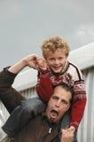 Sobrino y tío que se ríen fotografía de archivo libre de regalías