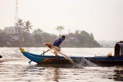 SOC TRANG, VIETNAME - 28 DE JANEIRO DE 2014: Barcos de enfileiramento não identificados do homem Fotos de Stock