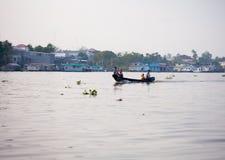 SOC TRANG, VIETNAME - 28 DE JANEIRO DE 2014: Barcos de enfileiramento não identificados do homem Fotografia de Stock