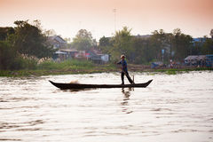 SOC TRANG, VIETNAME - 28 DE JANEIRO DE 2014: Barcos de enfileiramento não identificados do homem Fotos de Stock Royalty Free