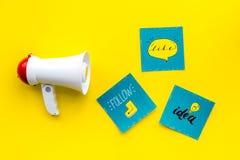 Socail zawiadomień medialny pojęcie Megafon blisko ogólnospołecznych medialnych ikon na żółtego tła odgórnym widoku Zdjęcia Royalty Free
