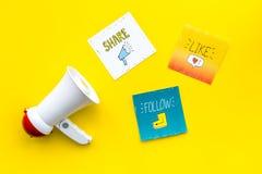 Socail zawiadomień medialny pojęcie Megafon blisko ogólnospołecznych medialnych ikon na żółtego tła odgórnym widoku Obraz Royalty Free