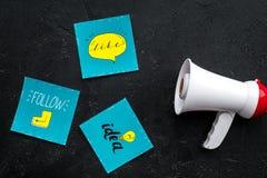 Socail zawiadomień medialny pojęcie Megafon blisko ogólnospołecznych medialnych ikon na czarnego tła odgórnym widoku Obraz Royalty Free