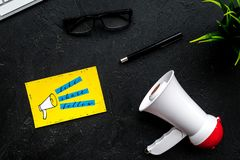 Socail zawiadomień medialny pojęcie Megafon blisko ogólnospołecznych medialnych ikon na czarnego tła odgórnym widoku Obraz Stock
