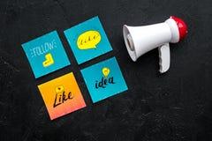 Socail zawiadomień medialny pojęcie Megafon blisko ogólnospołecznych medialnych ikon na czarnego tła odgórnym widoku Zdjęcia Royalty Free