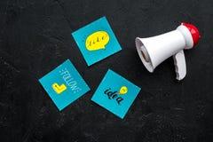 Socail zawiadomień medialny pojęcie Megafon blisko ogólnospołecznych medialnych ikon na czarnego tła odgórnym widoku Obrazy Royalty Free