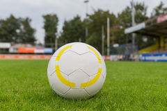 Soccer ball on green field Stock Photography